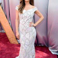 Maria Menounos wears a one-of-a-kind Christian Siriano gown inspired by a chalice, which represents Stella Artois' 'Buy a Lady a Drink' campaign. Photo: Steve Granitz/Getty Images
