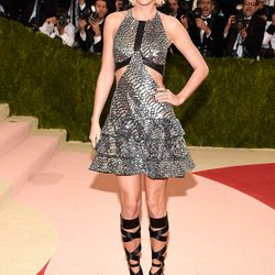 Co-chair of the evening Taylor Swift wears a Louis Vuitton dress and sandals and Eva Fehren jewels.