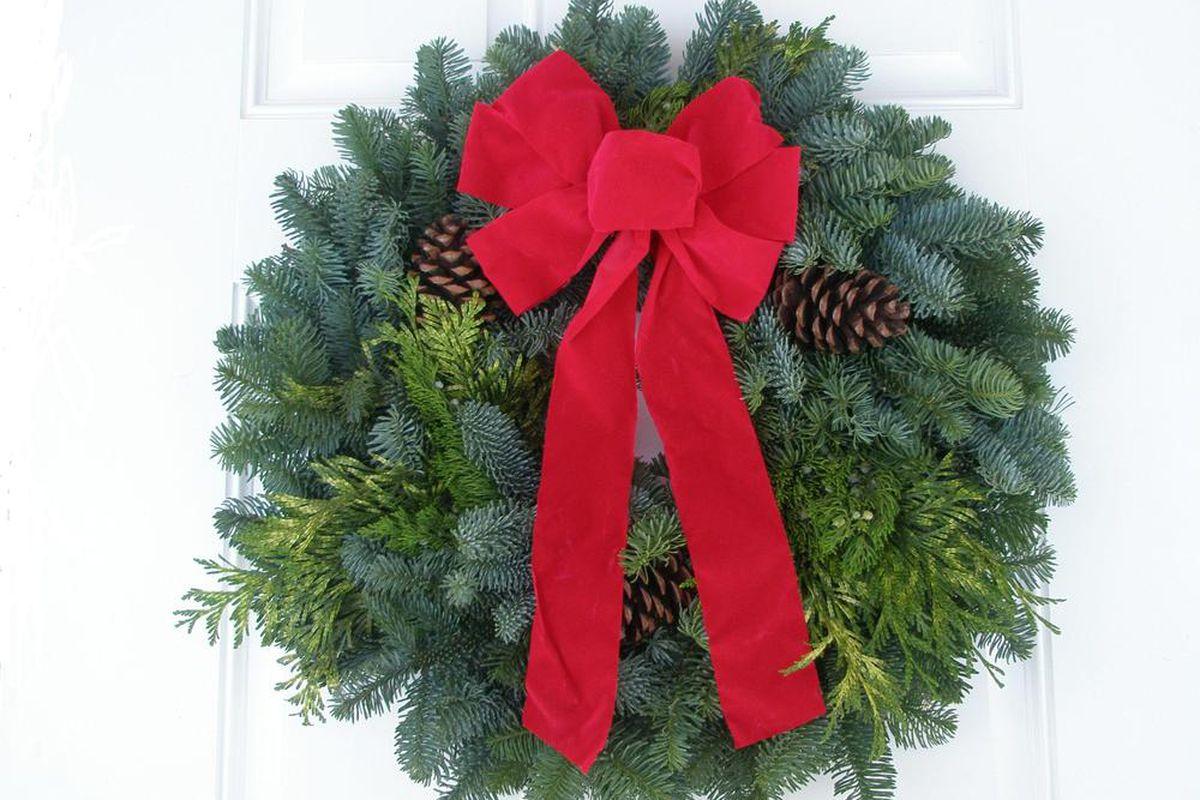 """via <a href=""""http://www.fullcirclewreathcompany.com/images/22_wreath.jpg"""">www.fullcirclewreathcompany.com</a>"""
