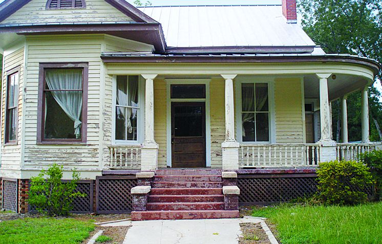 Curb Appeal Before: 1904 Queen Anne In Prattville, Alabama
