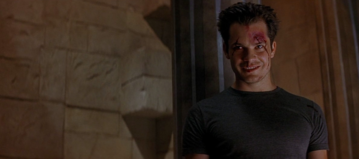 mickey (timothy olyphant) has a grinch smile while blood drips down his face in scream 2