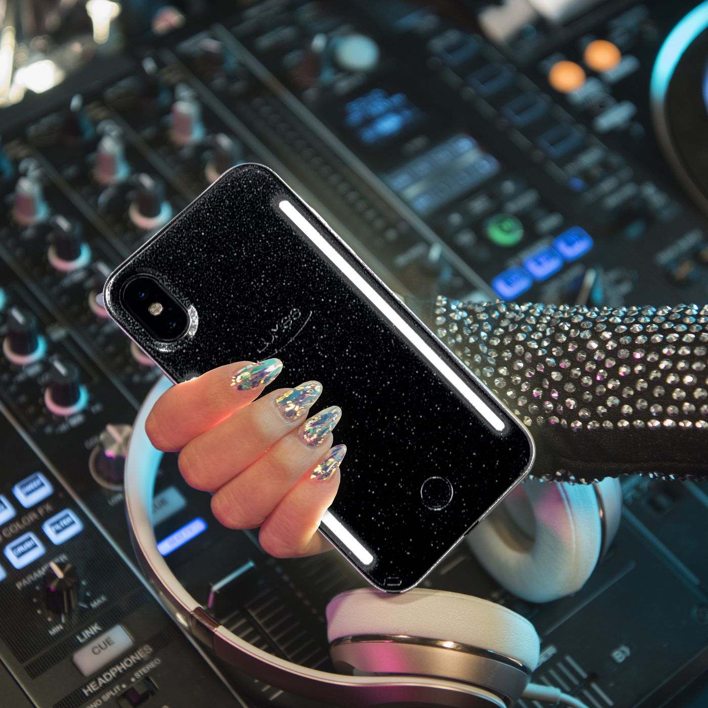 timeless design dd9ef cbf9f LuMee's new phone case lights up to club beats - The Verge