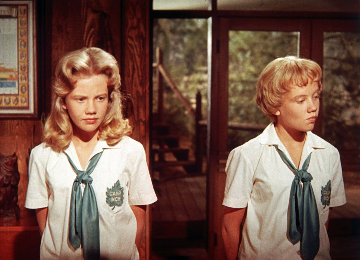 Identical twins Sharon McKendrick and Susan Evers (Hayley Mills).