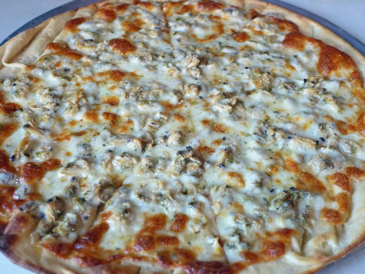 The clam pizza at Lee's Tavern