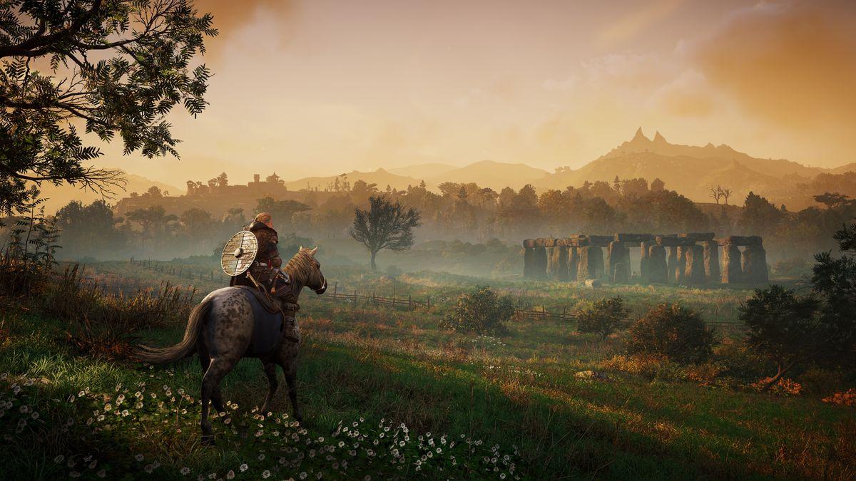 Eivor on horseback, approaching Stonehenge in the dawn light.