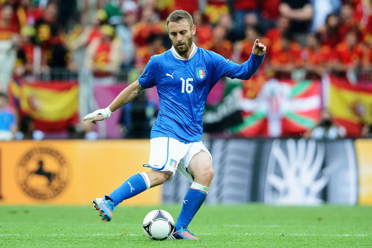 GDANSK, POLAND - JUNE 10:  Daniele De Rossi of Italy passes the ball during the UEFA EURO 2012 group C match between Spain and Italy at The Municipal Stadium on June 10, 2012 in Gdansk, Poland.  (Photo by Claudio Villa/Getty Images)