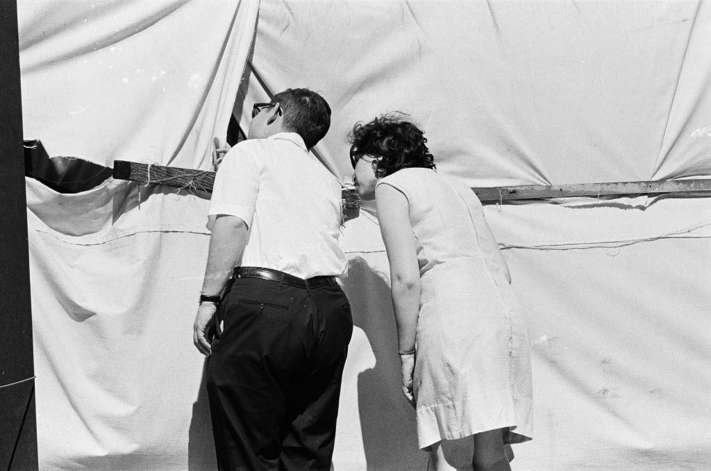 People catching a glimpse through the holes in the canvas surrounding the Picasso before its unveiling in 1967. | Sun-Times files