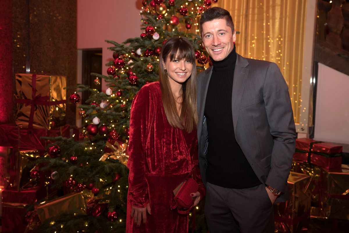 FC Bayern Muenchen Christmas Party MUNICH, GERMANY - DECEMBER 08: (EXCLUSIVE COVERAGE) Robert Lewandowski and his wife Anna Lewandowska arrive for the FC Bayern Muenchen Christmas Party at Palais Lenbach on December 08, 2018 in Munich, Germany.