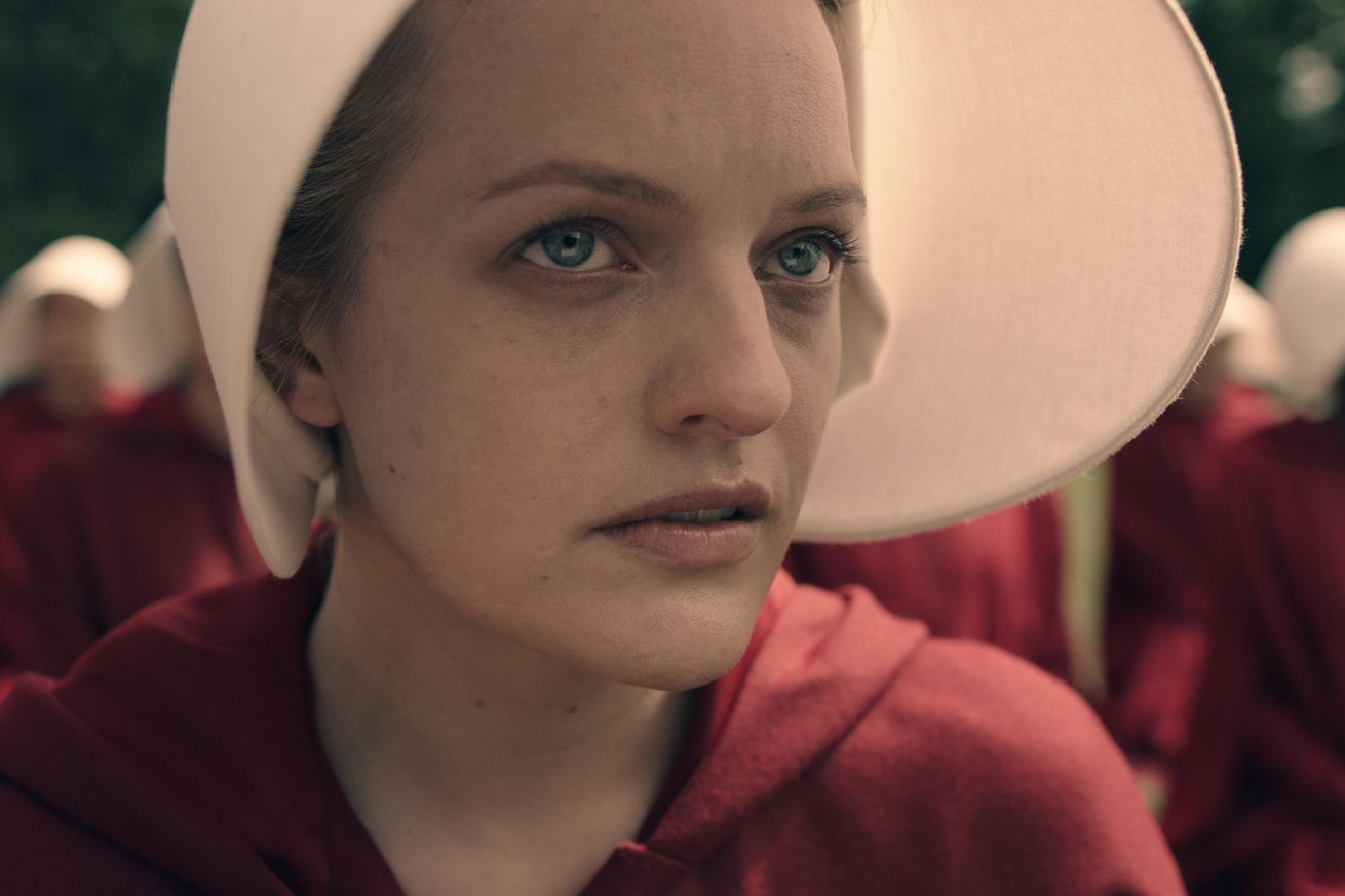 elisabeth moss wins the golden globe for best actress in a tv drama