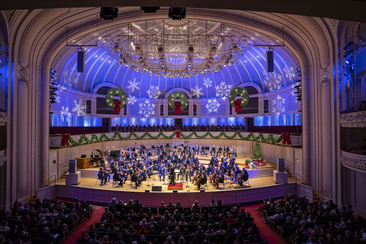 """Conducted by Emil de Cou, the CSO's """"Merry, Merry Chicago!"""" program features nembers of the Chicago Symphony Orchestra and the Chicago Symphony Chorus directed by Duain Wolfe."""