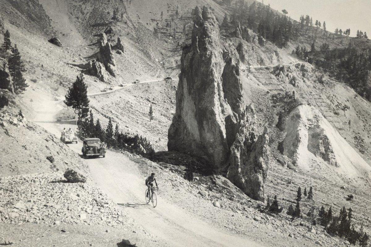 Gino Bartali crossing the Casse Déserte