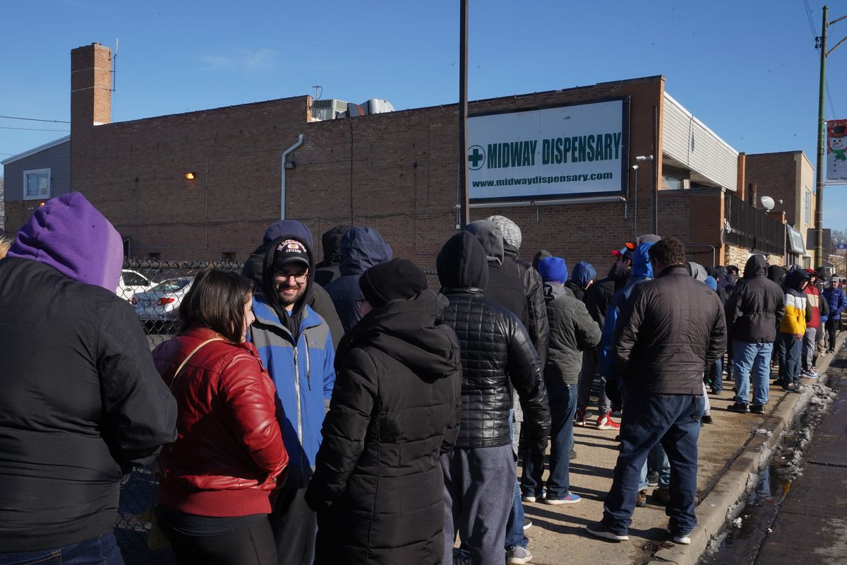 Hundreds of people waiting in line to get into Midway Dispensary, Wednesday, Jan. 1 2020.   Brian Rich/Sun-Times