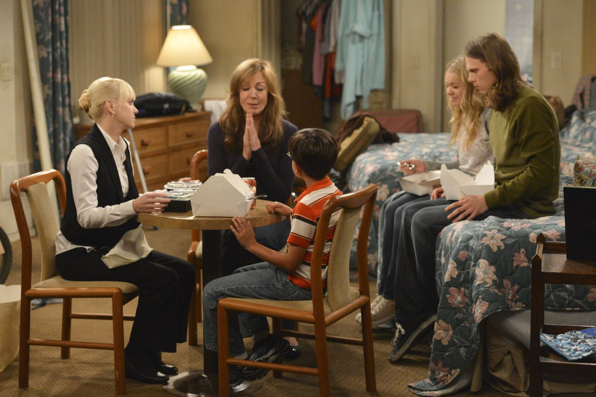 The cast of CBS's Mom is one of the best things about the sitcom. But it's a much better show than you're probably expecting.