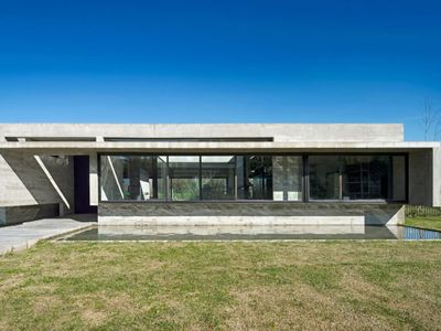 All-concrete modern home stays cool for the summer