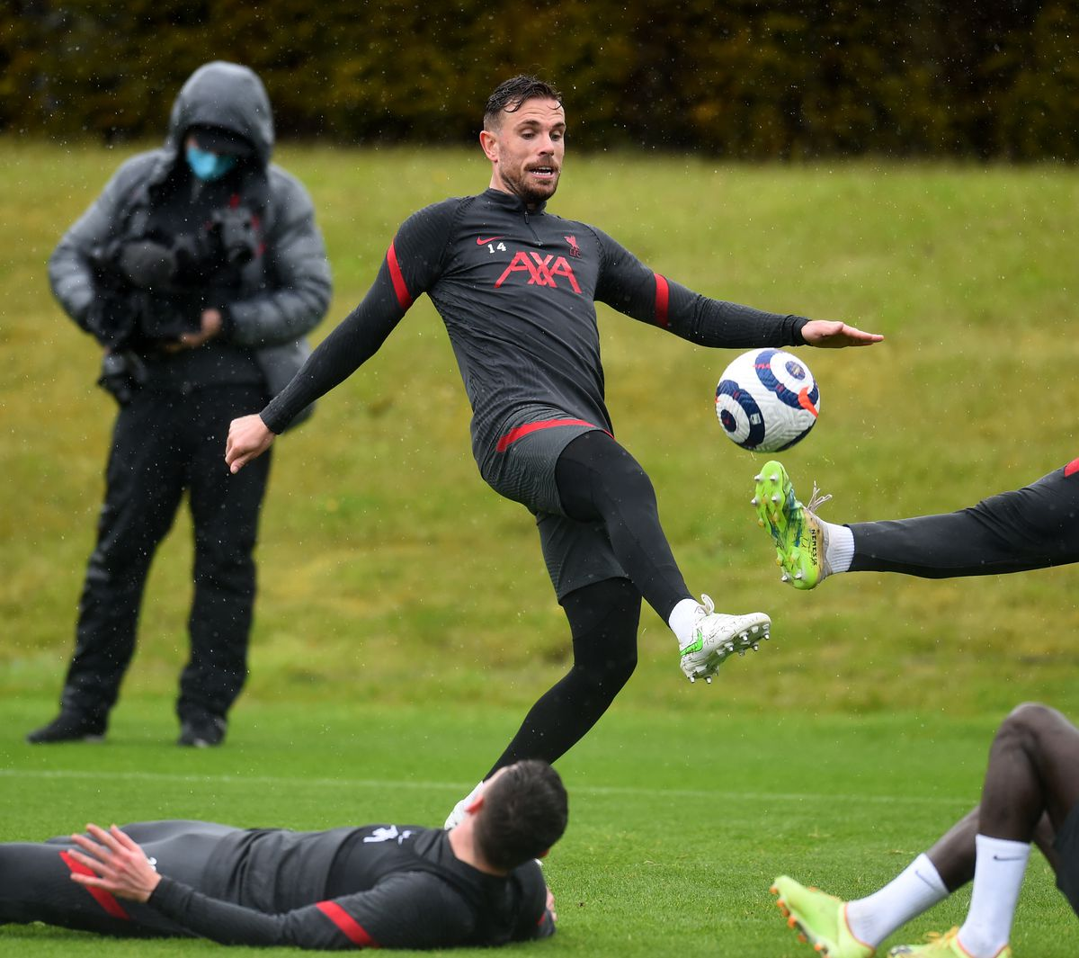 Henderson lunges to volley