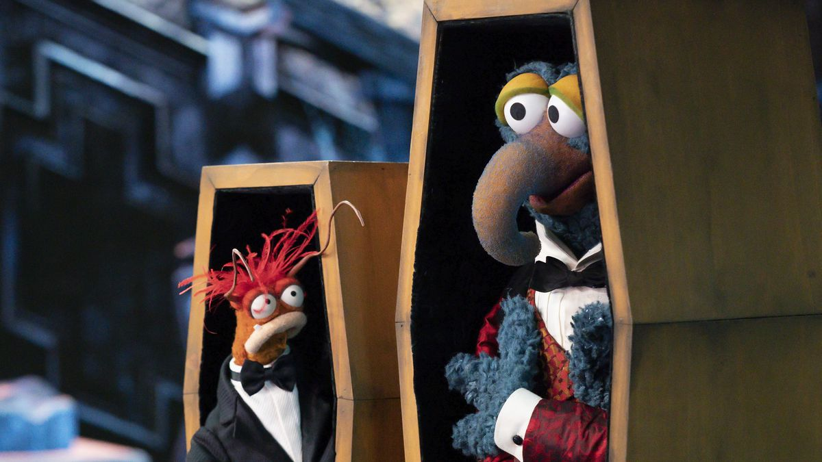 gonzo and pepe in coffins in muppets haunted mansion