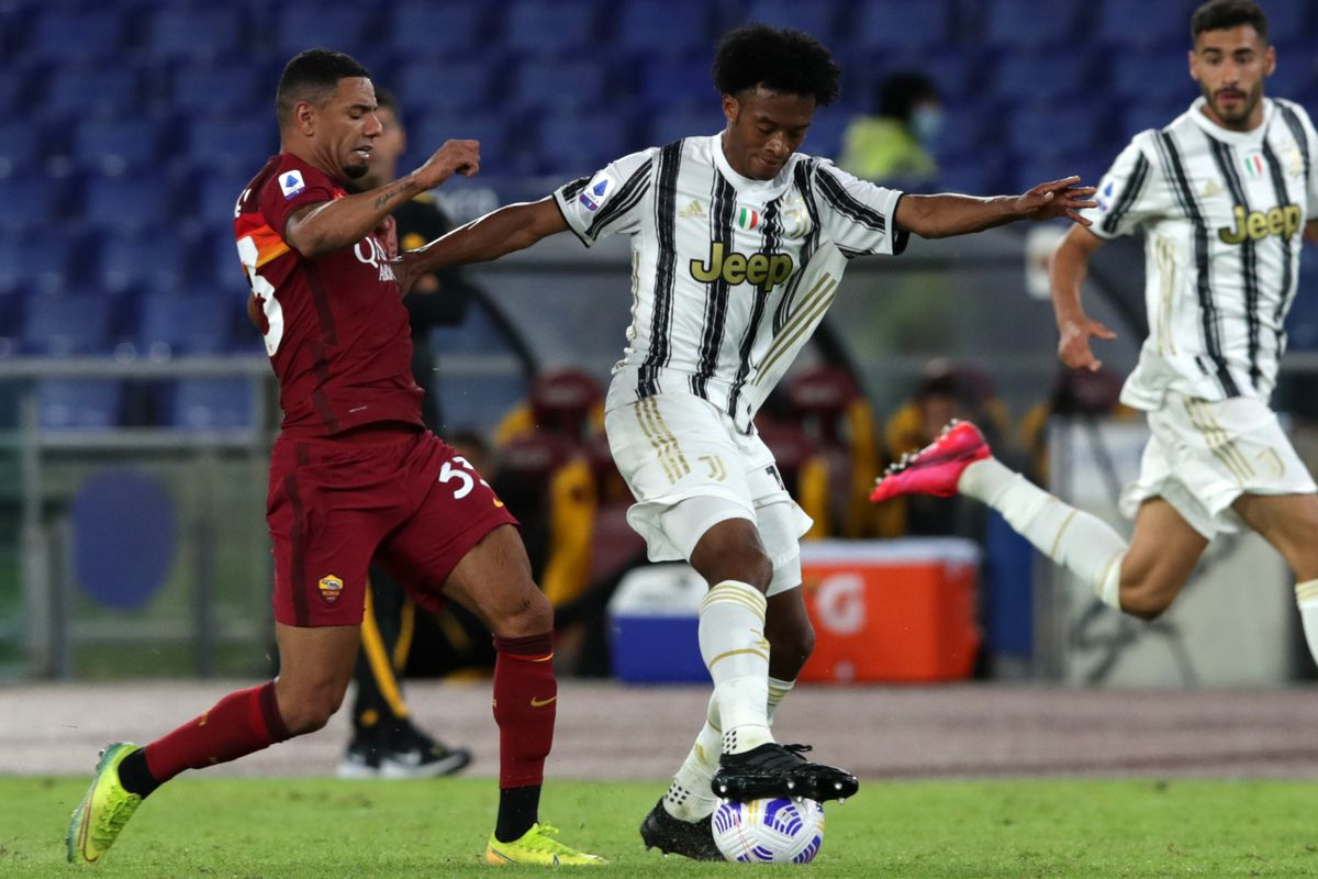 Bruno Peres (Roma) and Juan Cuadrado (Juventus) compete for...