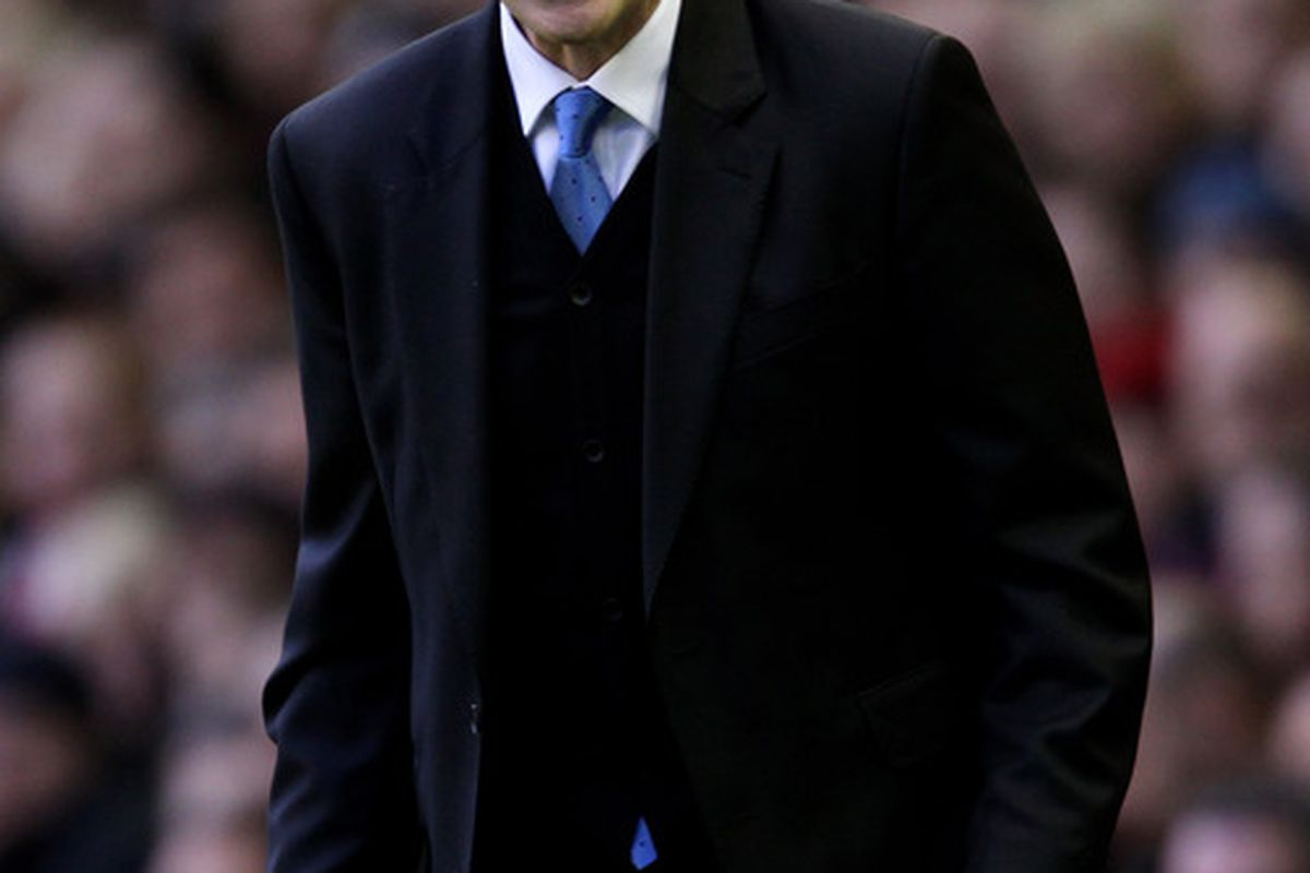 LIVERPOOL ENGLAND - JANUARY 16:  Everton Manager David Moyes issues instructions during the Barclays Premier League match between Liverpool and Everton at Anfield on January 16 2011 in Liverpool England.  (Photo by Alex Livesey/Getty Images)