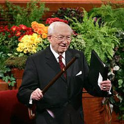 LDS Church President Gordon B. Hinckley welcomes conferencegoers before Saturday morning's opening session of general conference.