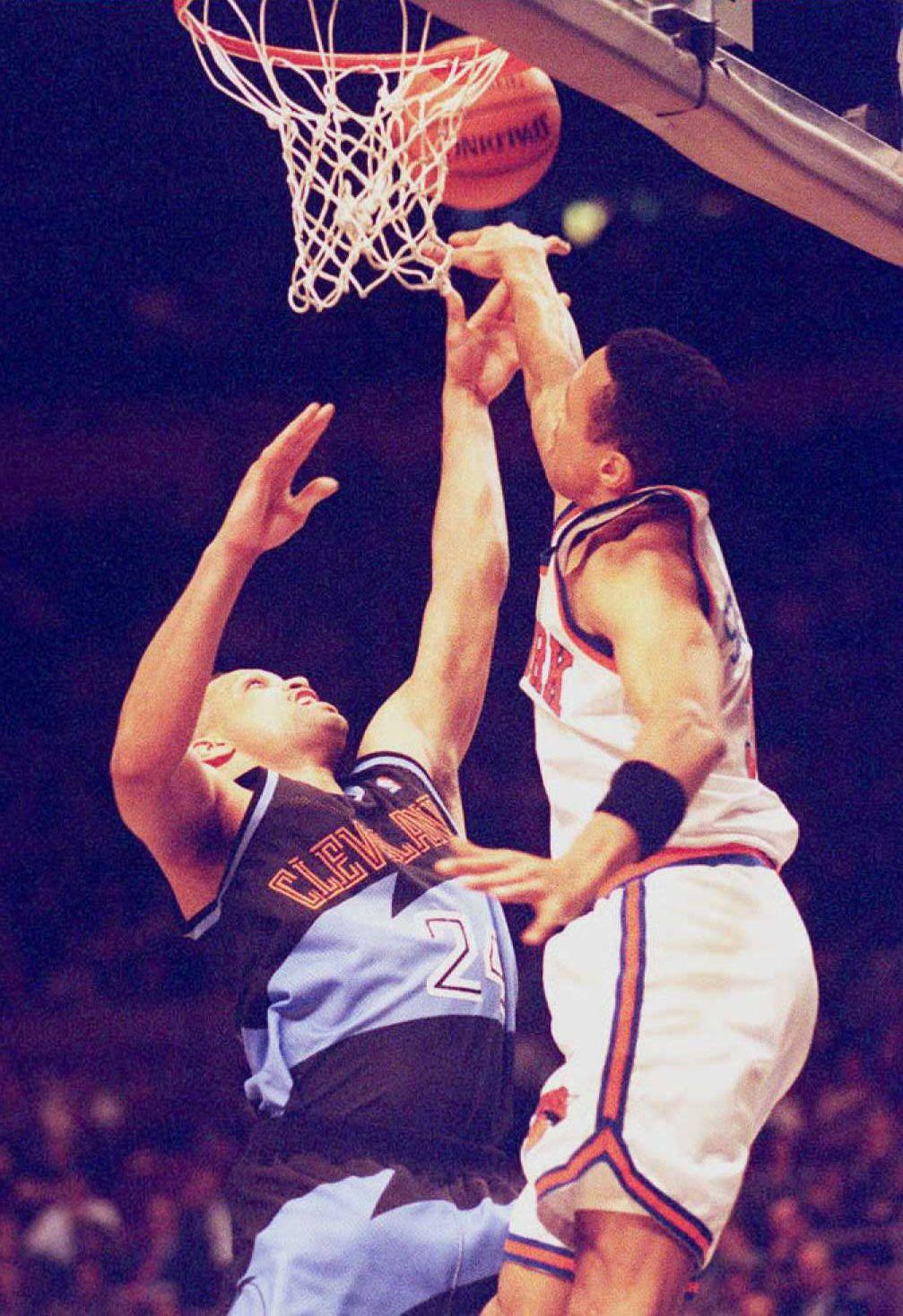 New York Knicks' John Starks (R) blocks a shot att