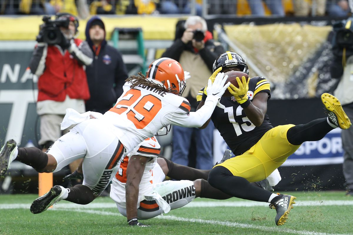 Pittsburgh Steelers wide receiver James Washington catches a touchdown pass against Cleveland Browns defensive back T.J. Carrie (rear) and defensive back Sheldrick Redwine during the second quarter at Heinz Field.