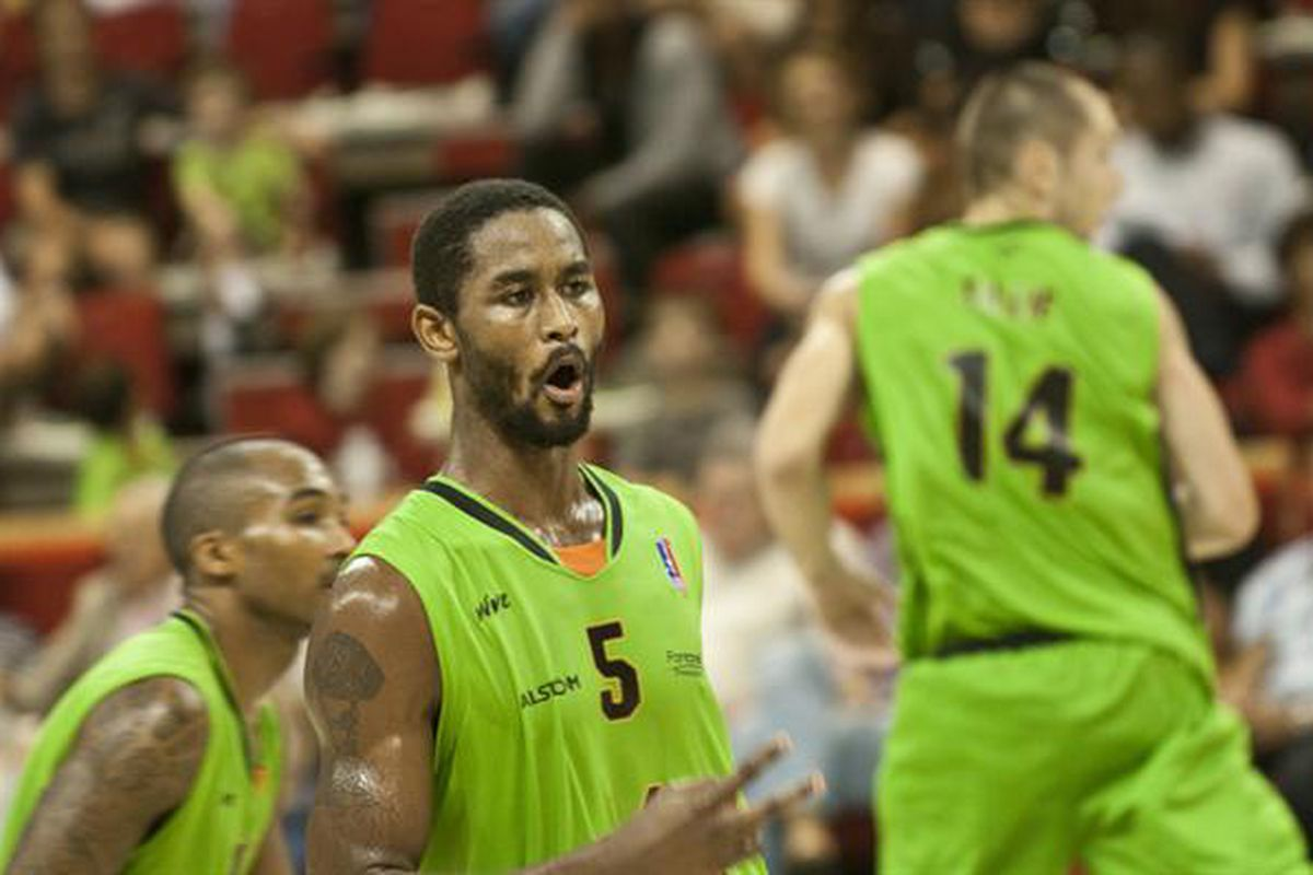 After spending two seasons in France with ASVEL, the former New Orleans Hornets, Sacramento Kings, Houston Rockets, Washington Wizards and Atlanta Hawks center has signed in Greece with Panathinaikos.