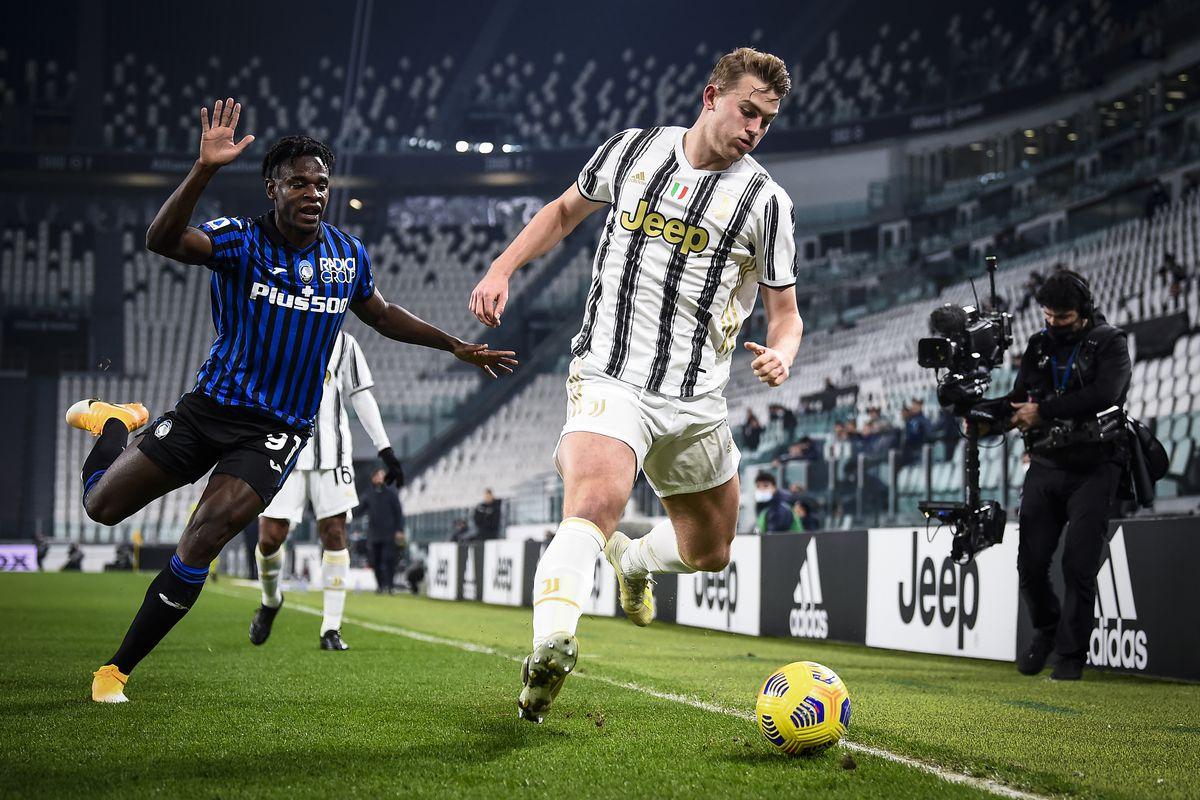 Matthijs de Ligt (R) of Juventus FC is challenged by Duvan...
