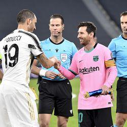 Messi greets Bonucci