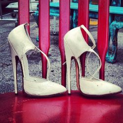 """""""Ouch! These heels are dangerous!"""" [<a href=""""http://pinterest.com/pin/26951297740737991/"""">MTP</a>]"""