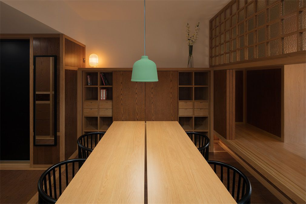 Kitchen table with green pendant lamp hanging