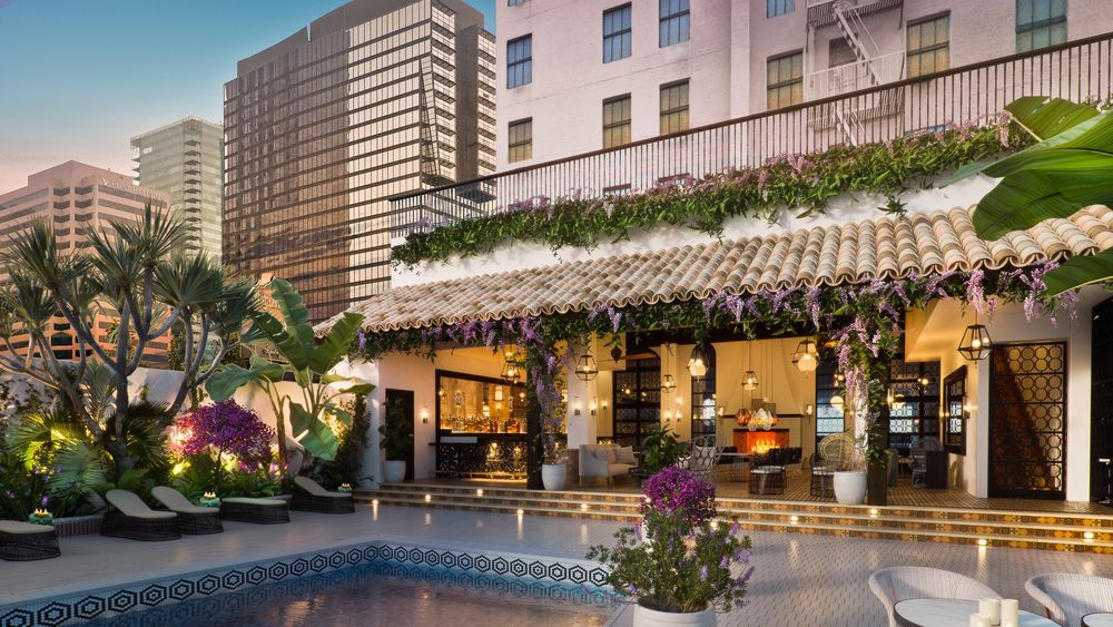 Hotel Figueroa's pool bar