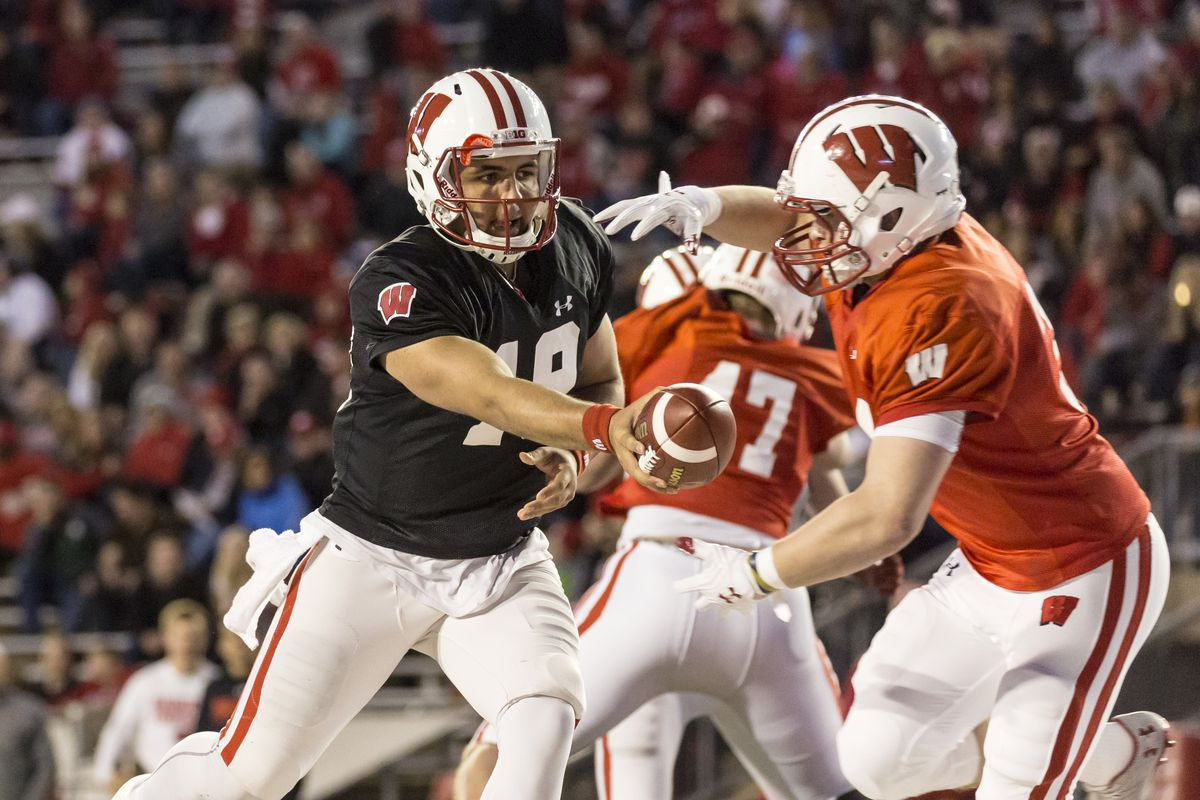 Karé Lyles hands the ball off during Wisconsin's 2017 spring game.