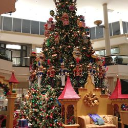 The tree performs an hourly animated light show choreographed to a seven-minute holiday soundtrack.