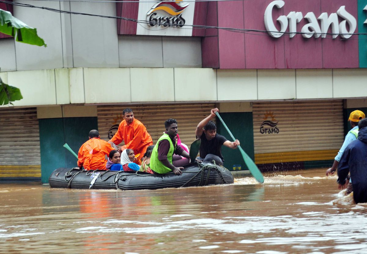 Indian navy and rescue personnel evacuate local residents in Aluva on August 16, 2018.