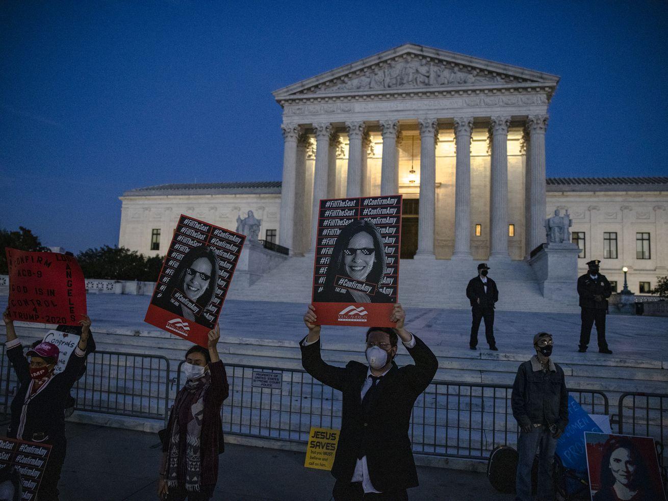 Le Sénat tient un vote de confirmation final pour que la juge Amy Coney Barrett rejoigne la Cour suprême