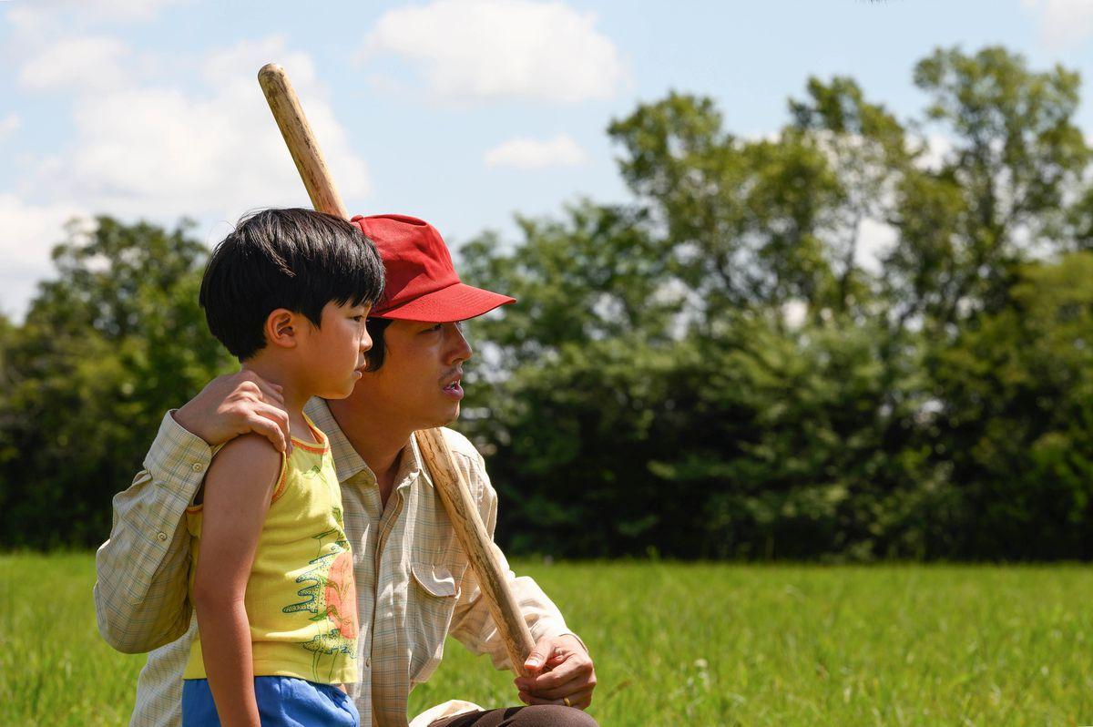 un père coréen et son jeune fils se tiennent dans un champ ouvert