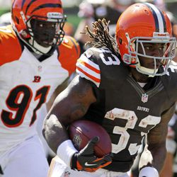 Cleveland Browns running back Trent Richardson (33) rushes past Cincinnati Bengals defensive end Robert Geathers (91) on his way to a touchdown in the first half of an NFL football game, Sunday, Sept. 16, 2012, in Cincinnati.