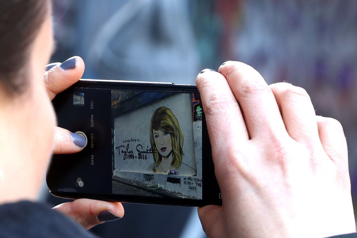 Taylor Swift Threatens To Sue Blogger Who Compared Her To Hitler