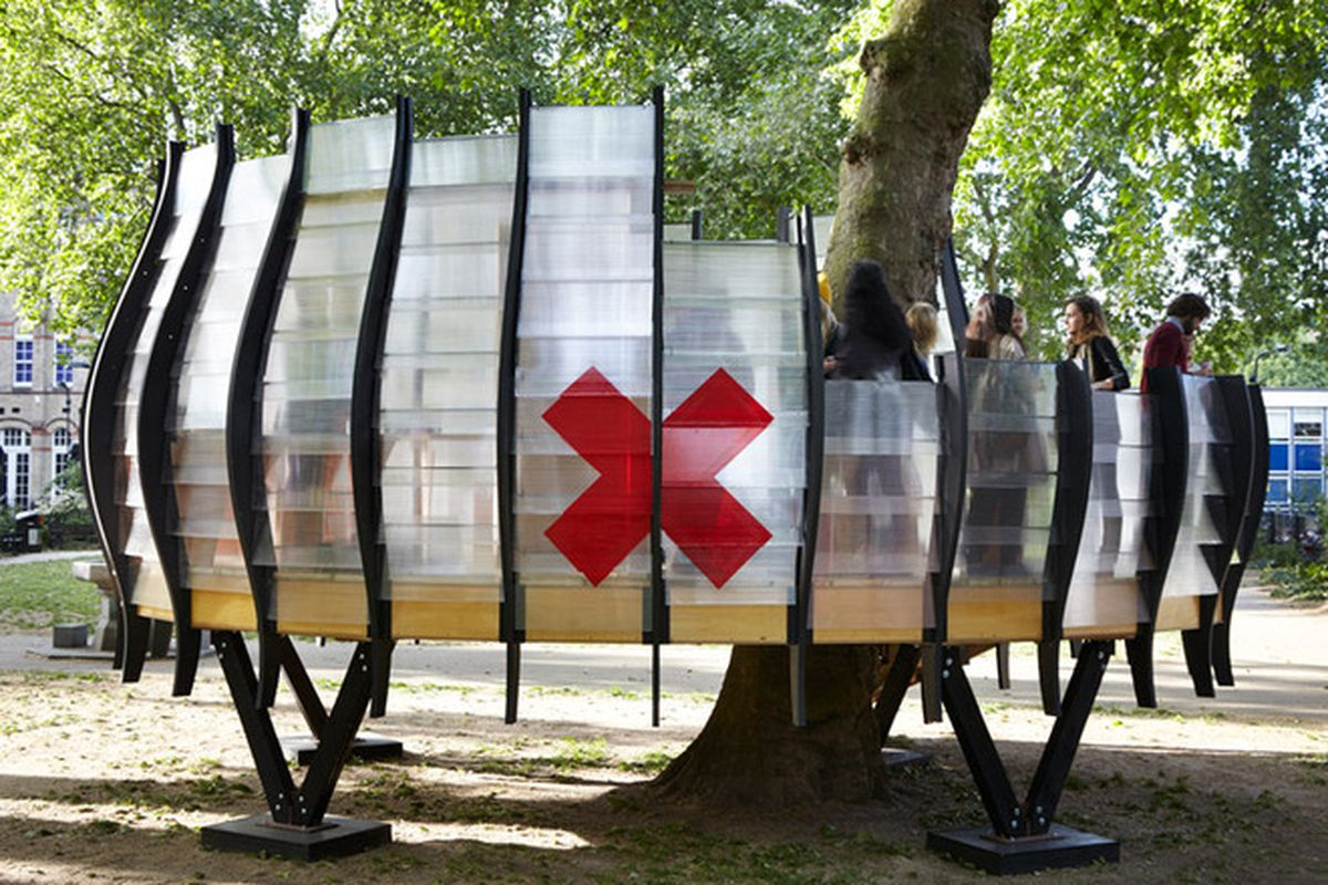 """All photos by <a href=""""http://www.jackhobhouse.com/"""">Jack Hobouse</a> via <a href=""""http://www.dezeen.com/2015/06/11/pop-up-temporary-office-pilot-hoxton-square-shoreditch-hackney-parks-east-london-rooted-to-tree-trunk-translucent-pod"""">Dezeen</a>"""