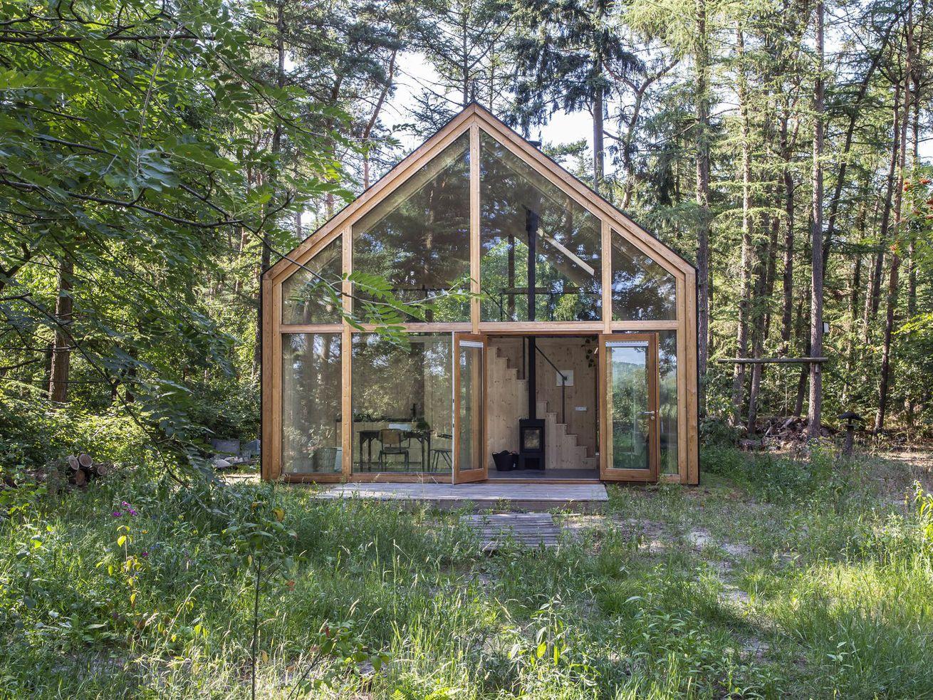 An airy, eco-conscious cabin built for a sculptor