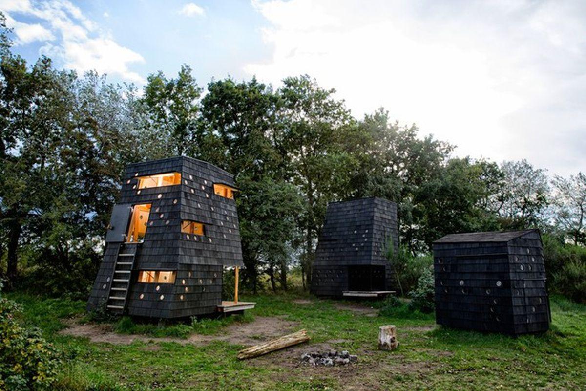 "Photos by Jasper Balleby via <a href=""http://www.designboom.com/architecture/lumo-architects-shelters-by-the-sea-denmark-11-20-2015/"">Designboom</a>."