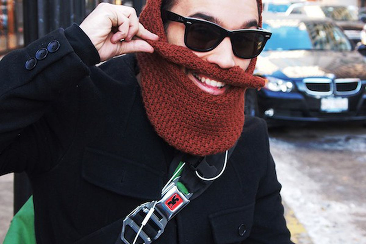 """José the bike messenger dons a Santa-inspired ski mask, image via <a href=""""http://www.chicagostreetstyle.com/2010/12/merry-christmas-from-jose.html"""">Chicago Streetstyle Scene</a>"""