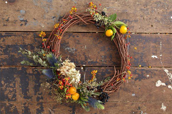 Crie uma vegetação única de férias usando eucalipto para fazer uma coroa de flores.