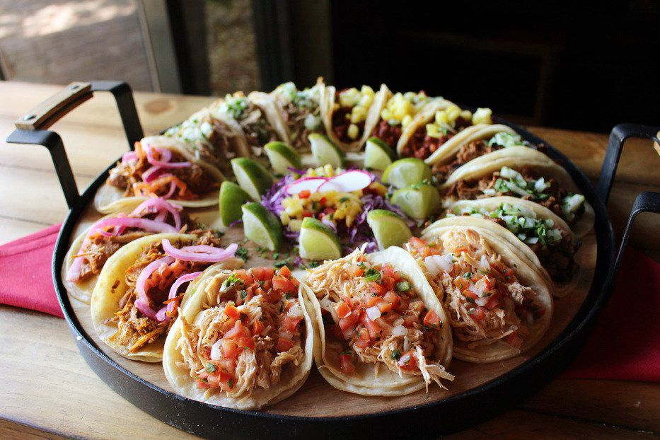 """<span data-author=""""-1"""">A plate of tacos in a circular pattern</span>"""