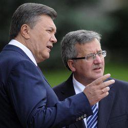 Ukraine's President Viktor Yanukovych, left, and Polish counterpart Bronislaw Komorowski are seen during an official meeting ceremony in front of the Presidential office in Kiev, Ukraine, Thursday, Sept. 20, 2012.