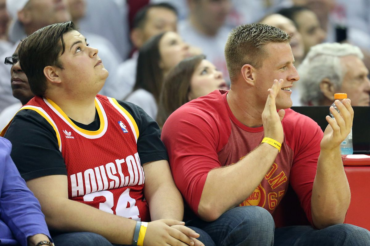 JJ Watt had entirely too much fun at the Rockets-Mavs game ...