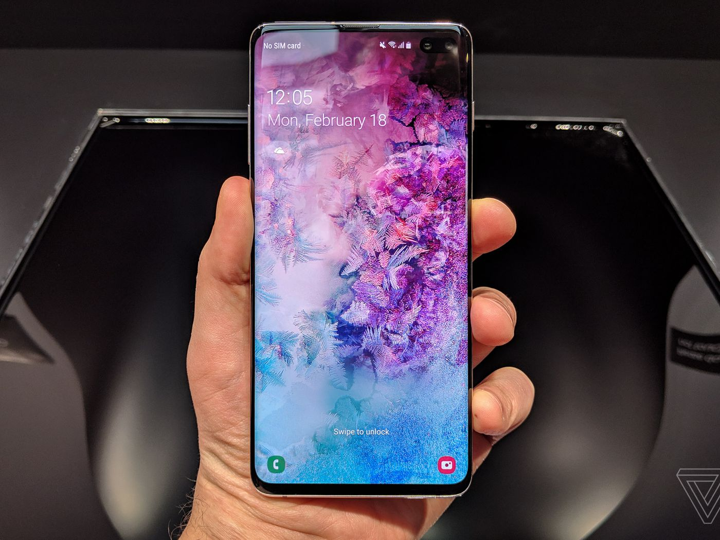 How To Hide The Samsung Galaxy S10 S Hole Punch Camera Cutout The Verge