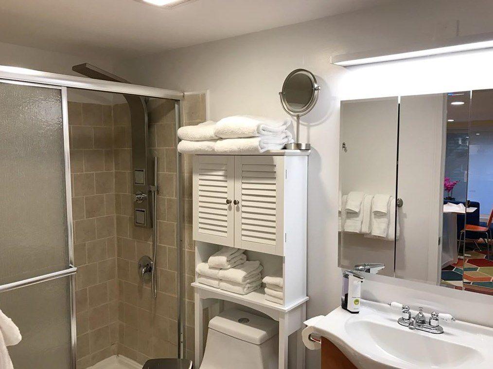 A bathroom with a sliding door on the tub.