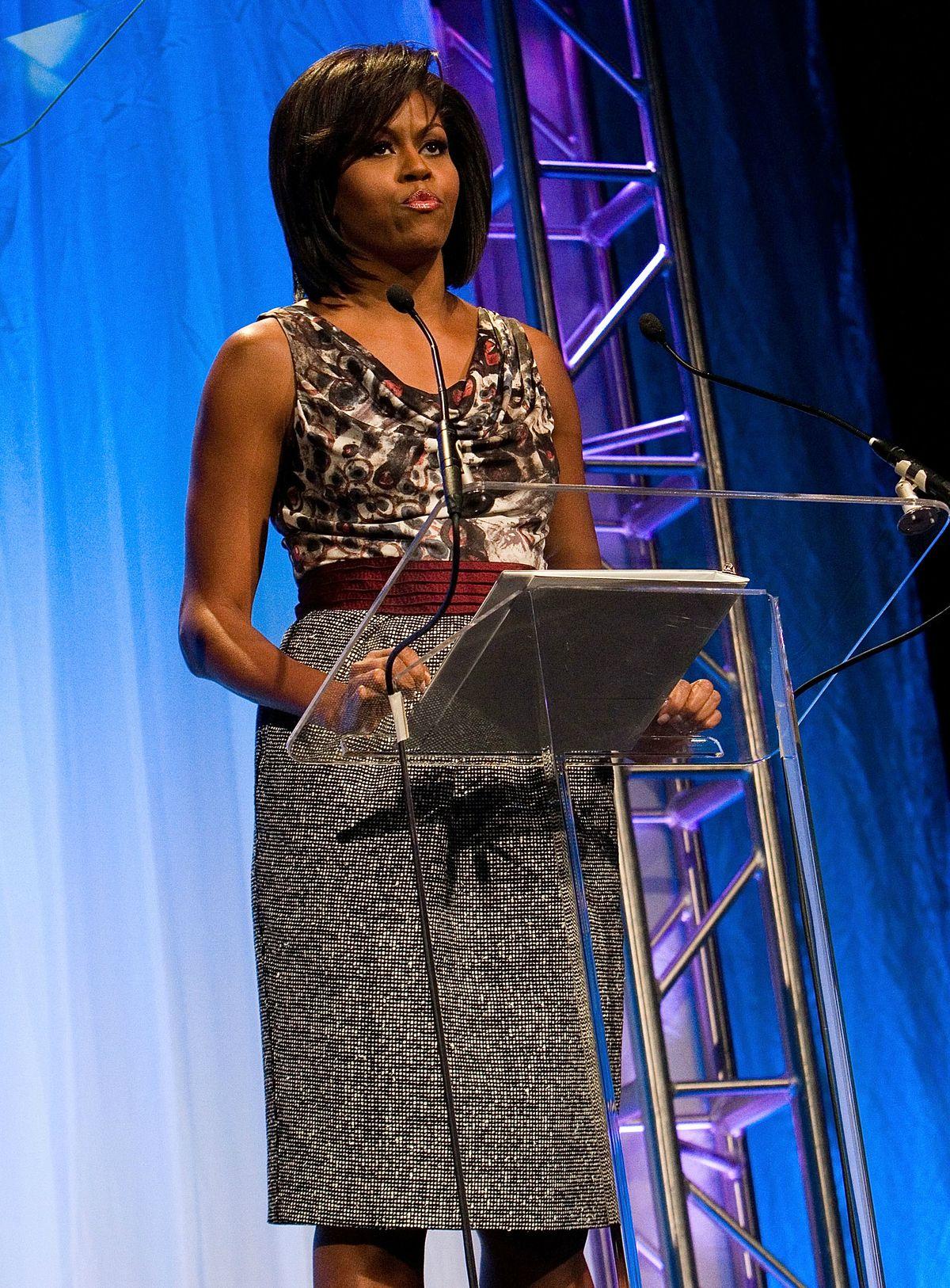 Michelle Obama speaking from podium in Rachel Roy dress in June 2009