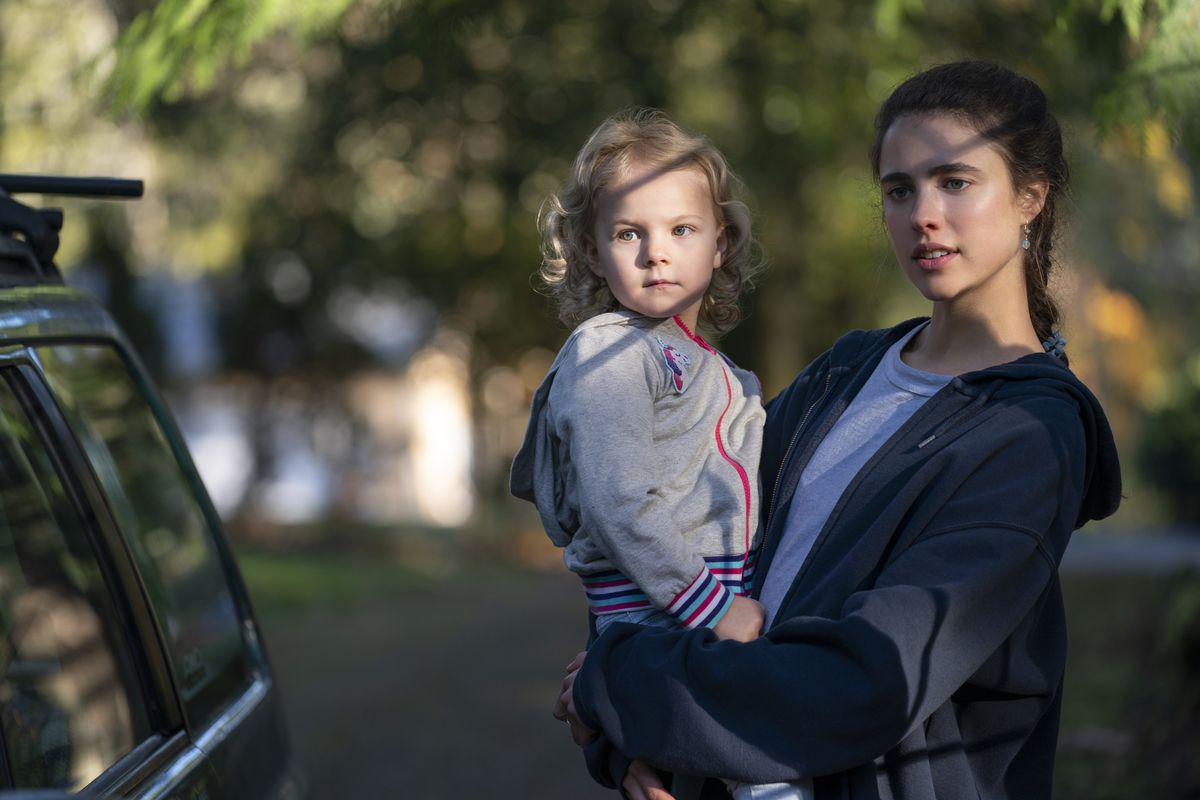 (L to R) RYLEA NEVAEH WHITTET as MADDY and MARGARET QUALLEY as ALEX in episode 101 of MAID Cr.  © 2021